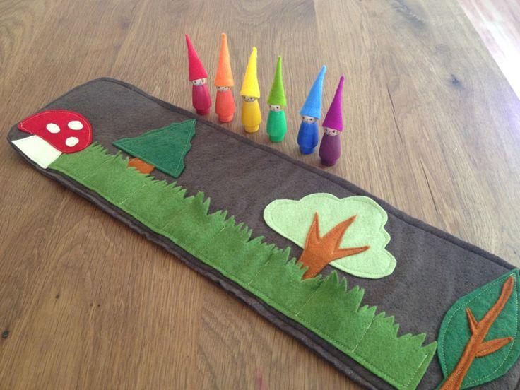 Woodland Roll Up e tappeto gioco con arcobaleno gnomi, feltro di lana giocattolo, feltro toadstool, Waldorf, fatta a mano giocattolo, tappeto gioco, giocattolo di viaggio di Gnomewerkspdx su Etsy https://www.etsy.com/it/listing/179227287/woodland-roll-up-e-tappeto-gioco-con
