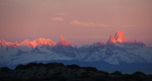 Zo wil iedereen toch wel wakker worden? Dit is het uitzicht op het Fitzroymassief, een van de meest karakteristieke bergketens van Patagonië. Je ziet de Cerro Torre en de Cerro Fitz Roy, die bijzonder populair zijn bij bergbeklimmers. Door communitylid Corbari - NG ReisCommunity © Upload zelf je mooiste foto's op www.nationalgeographic.nl/reizen/fotos/toevoegen