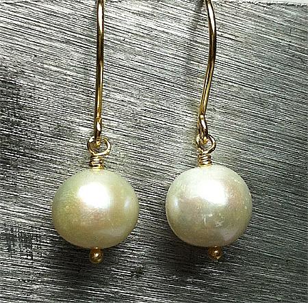 Very nice white freshwaterbeads 11 mm. Earhook in goldplatted sterlingsilver 925s