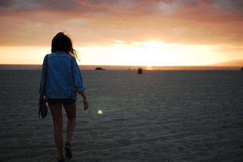 Love Peace and Write: Interrogada, Deep Under Water 1# Observei o mar estava tão calmo, era hoje que ia começar a universidade, onde iria viver num dormitório com outra rapariga, estava nervosa mas pronta. Fiz uma trança rapida enquanto caminhava ao longo da praia. Não havia um dia em que eu não pensasse no rapaz que salvara, será que ele lembrava-se? Tinha tanto medo que sim...