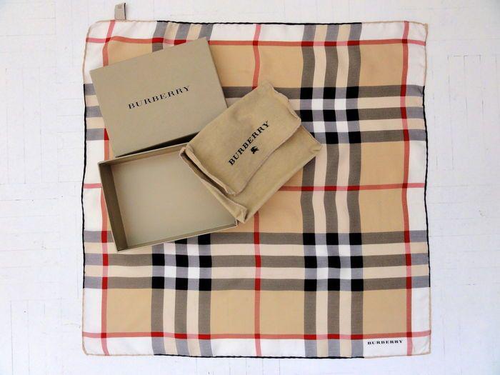 Online veilinghuis Catawiki: Burberry - zijden sjaal - incusief bewaarbox en dustbag