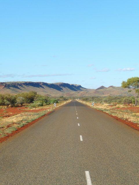La route... longue et droite #Pilbara #Western #Australia http://www.couleurs-daurore.com/top-destinations-nature-du-western-australia/