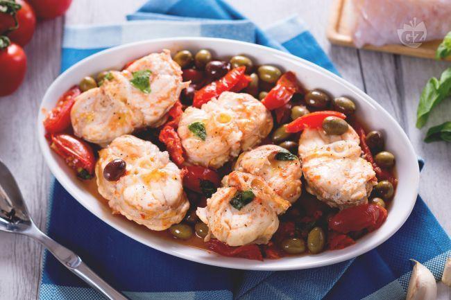 La coda di rospo con olive e un secondo piatto saporito realizzato con la rana pescatrice, pomodori piccadilly e le olive taggiasche.