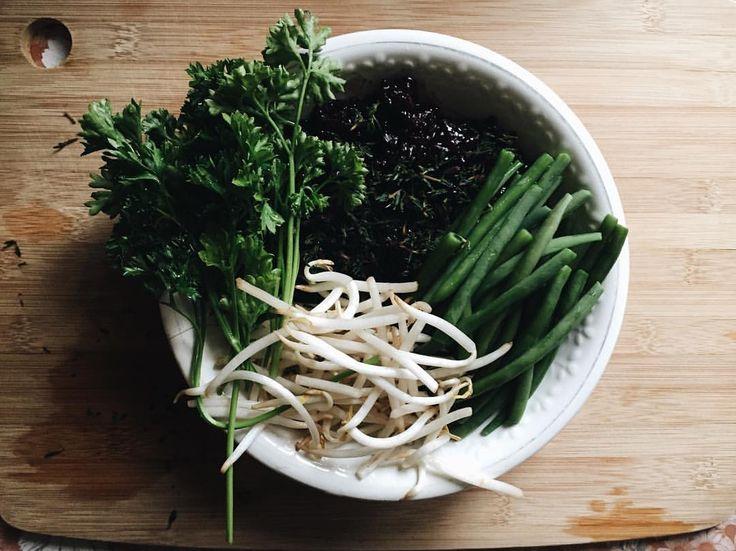 "mashaandrianova: "" Лесной ужин. Чёрный рис, свежий тмин, ростки сои, зелёная фасоль, кинза. 🌲🌳🌲🌿 ———— Forest dinner. Black rice, fresh thyme, soybean sprouts, green beans, cilantro. 🌲🌳🌲🌿 (à Saint-Germain-des-Prés) """