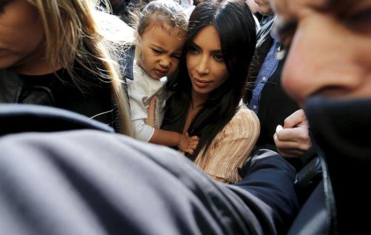 Unglücklich: North West, die fast zweijährige Tochter von U.S. reality TV star Kim Kardashian, scheint über den Medienrummel anlässlich ihrer Taufe in Jerusalem alles andere als erfreut zu sein. Mehr Bilder des Tages auf: http://www.nachrichten.at/nachrichten/bilder_des_tages/ (Bild: AMMAR AWAD Reuters)