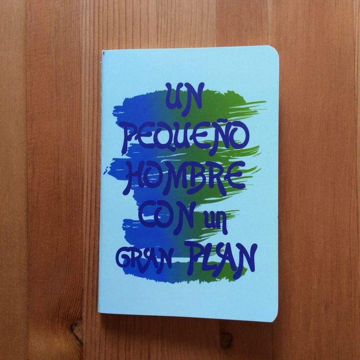 Libreta Un hombre pequeño con un gran plan. Interior impreso con rayas horizontales. Mensaje motivador. Tamaño idea y manejable.