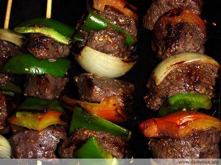 Tão simples quanto refogar uma carne moída, tão rápido quanto pedir uma pizza, tão fácil como montar um sanduíche é fazer brochette com gosto das arábias, o michui!