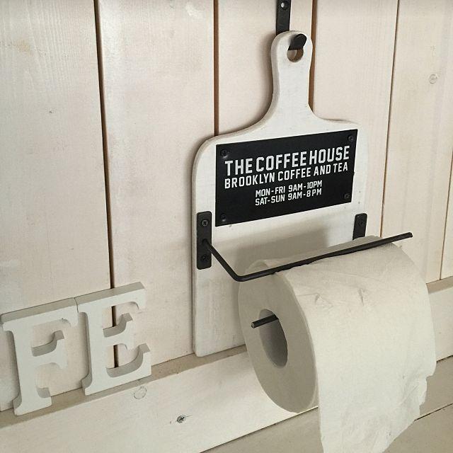 白の木目を基調にしたお部屋にグリーンが映える爽やかなインテリア作りを楽しんでいるRURULOVEさん♪今回はそんなRURULOVEに、全て100均材料で完成するトイレットペーパーホルダーDIYをご紹介いただきます。新しいデザインと程よい存在感で、トイレをオシャレに演出できるアイテムになっています!