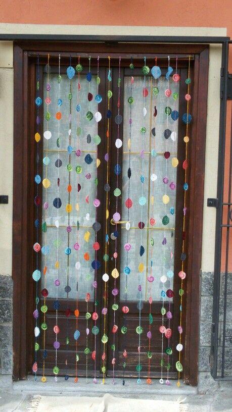 Tenda a uncinetto. Tanti colori per ravvivare l'ingresso di casa. Cotone colorato e un filo di lamè per dare luce.