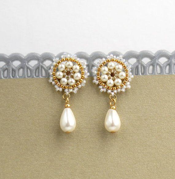 Ho creato questo orecchini a mano, utilizzando le perle Swarovski 3 e 5mm, perle Swarovski goccia, Miyuki round Rocailles e goldfilled 14k Orecchini a clip.  * Misure: Lunghezza orecchini: 1,33(3.4 cm) Diametro di orecchini: 0,59(1,5 cm)  * Gli orecchini verrà splendidamente confezionati per il regalo.  * Per altri orecchini: https://www.etsy.com/shop/LioraBJewelry?ref=hdr_shop_menu §ion_id = 18982609  * il mio negozio: https://www.etsy.com/shop&#x...