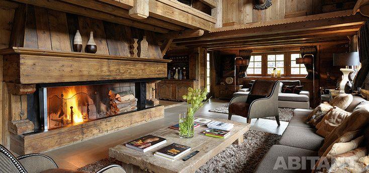Гостиная с камином из антикварной древесины
