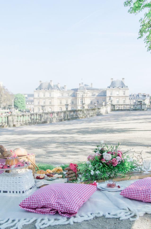 Kies een te gekke locatie en ga picknicken! #decoratie #picknick #bruiloft #trouwen #huwelijk #inspiratie #paris #spring #wedding #decoration #inspiration | Styled shoot: romantisch trouwen in Parijs | ThePerfectWedding.nl | Fotografie: Anaïs Stoelen Photography