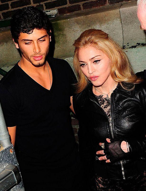 2009 Madonna junto con el modelo brasileño Jesus Luz, con el que mantuvo una relación de casi dos años. La diferencia de edad entre ellos (se llevaba 28 años) fue la principal causa de su ruputra.