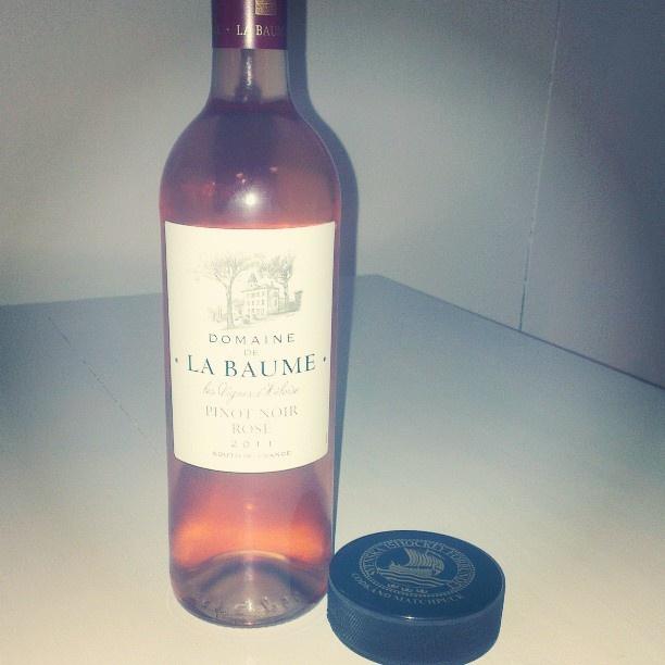 Rosé wine and...a hockey puck? #StockholmWineLab #HockeyVM #rosé #roséwine #wine #labaume