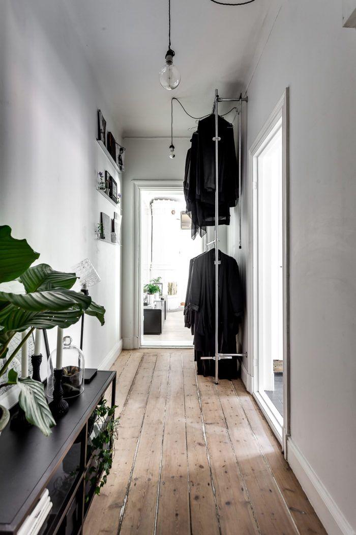Sist men inte minst: hallen! Här finns vackra originalgolv och smarta inredningslösningar. Snyggt att utnyttja takhöjden med dubbla klädställningar över varandra.