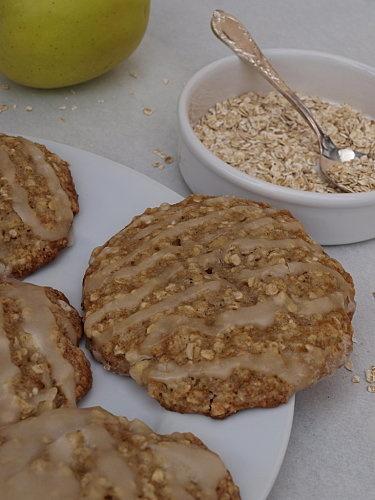Biscuits glacés, pomme, compote et flocons d'avoine.