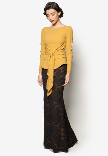 Kamryn Baju Kurung from Jovian Mandagie for Zalora in Yellow Take your first step into a world of contemporary elegance with this Kamryn selection by Jovian Mandagie for Zalora. Featuring a mix of lightly embellished top and floor-grazing floral skirt, this gorgeous ensemble will certainly brighten up the ... #bajukurung #bajukurungmoden