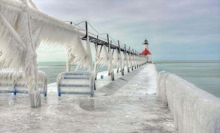 Faróis congelados no Lago Michigan parecem cenário de ficção