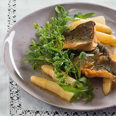 Spargelsalat mit gebratenem Fisch