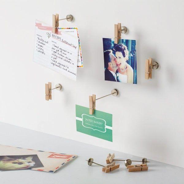 El soporte para fotos y notas tiene un diseño único en forma de pinzas para la ropa que permite cambiar tus fotos, postales o notas al momento.