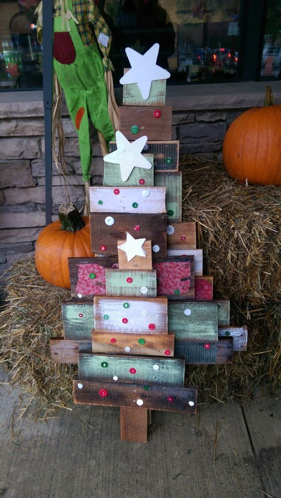 beaux sapins en bois recyclé, bouton et étoile