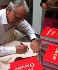 Alain Ducasse signeert zijn boek 190 recepten uit de kookschool van Alain Ducasse.
