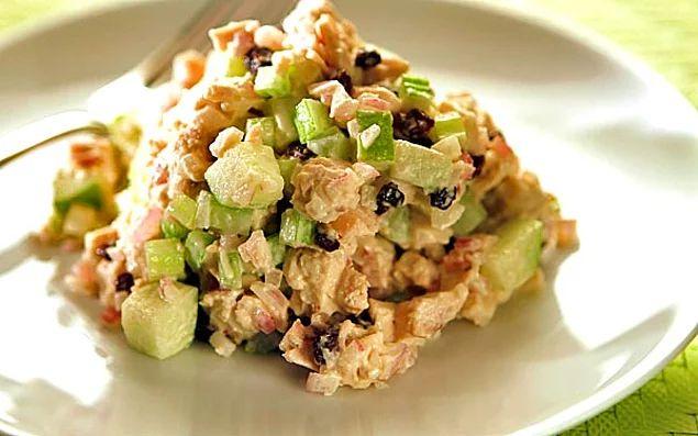 Hem tatlı hem tuzlu lezzetleri tek bir çatalda toplamak isterseniz: Yeşil Elmalı Tavuk Salatası