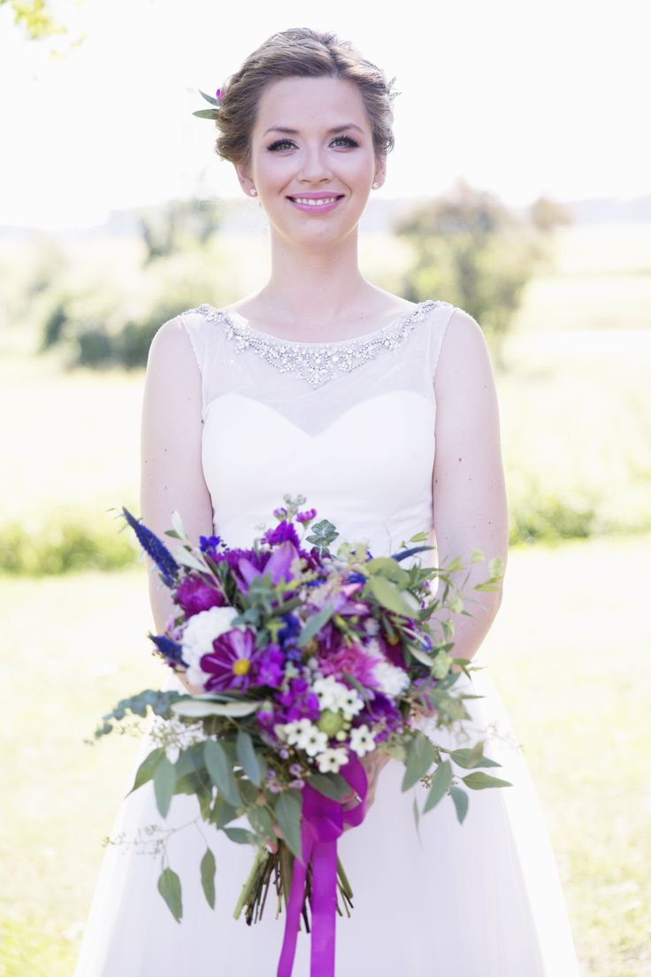 INNA Studio_ bridal bouquet / violet and pink / kolorowy bukiet ślubny / luźny bukiet ślubny / fiolet i róż / fot. Wedding Tales