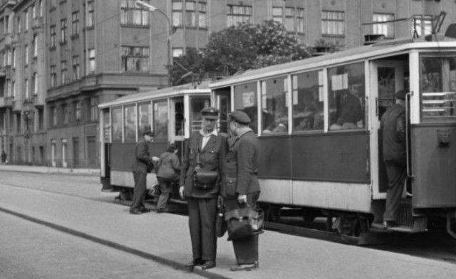 Střídání směny tramvajáků (1938), Praha, 1962 • |black and white photograph, Prague|