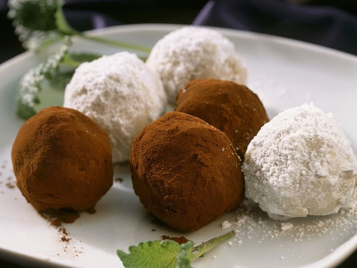 Schwarze und weiße Schokoladenkugeln   Zeit: 30 Min.   http://eatsmarter.de/rezepte/schwarze-und-weisse-schokoladenkugeln