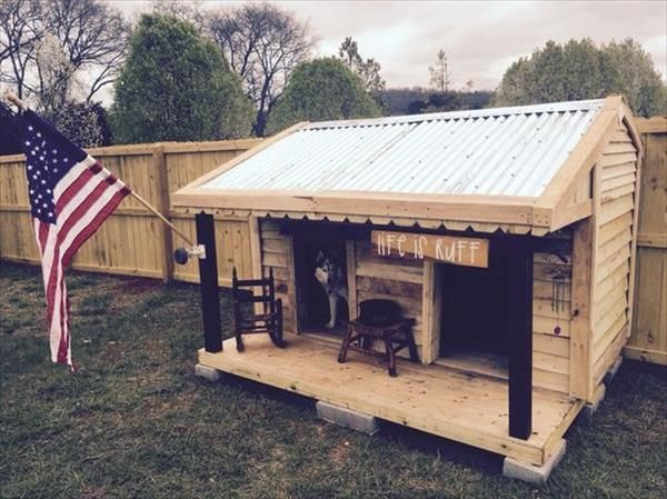 This wooden pallet dog is presenting a very pleasant and pretty look. The stylish hut design will be used as a shade from the sun for your dog.