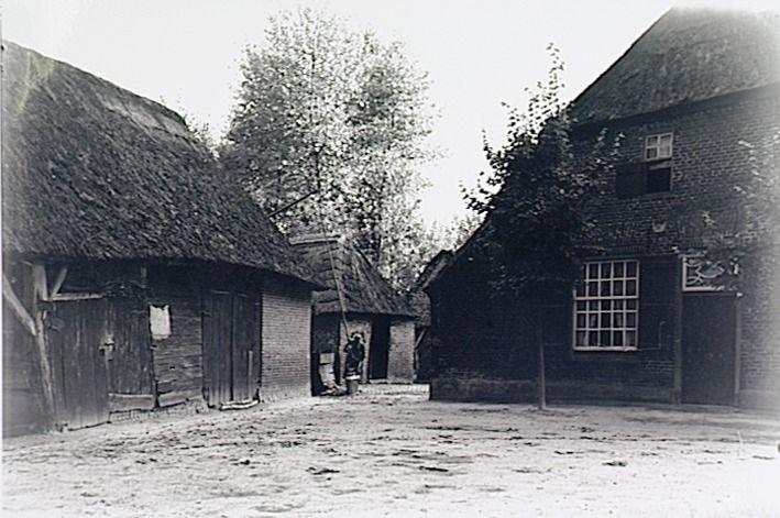 Best, boerderij, met bijgebouwen in het buitengebied  Kerkhof, Andries Wilhelmus van de (fotograaf) - 1930 - 1940