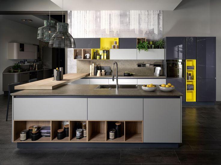 Come distribuire le funzioni cucina e soggiorno in un unico ambiente su cui si apre anche l'ingresso della casa? Ecco un progetto in pianta.