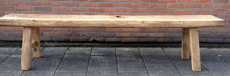Bank van oud verweerd hout.