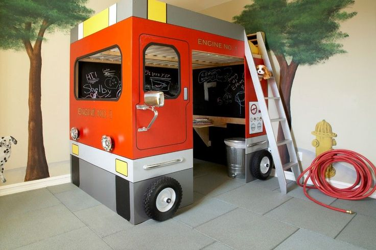 Детская двухъярусная кровать: как экономить полезное пространство для ребенка http://happymodern.ru/detskaya-krovat-dvuxyarusnaya-60-foto-5-prichin-poselit-dvuxetazhnoe-lozhe-v-spalne-chada/ Первый этаж – игровая зона, второй этаж – спальное место. Вся конструкция выполнена в виде пожарной машины