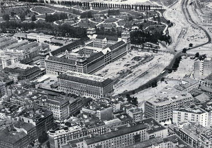 Ministerio del Aire, construido en el lugar de la Carcel Modelo, tode ese arenal sería el comienzo de la carretera de la Coruña: De Madrid al cielo: Álbum de fotografías y documentos históricos. - Urbanity.cc