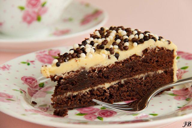 Chocoladetaart met glazuur van Baileys en witte chocolade