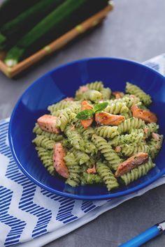 La freschezza delle verdure incontra il gusto deciso del pesce in un abbraccio cremoso dal sapore delicato: fusilli al pesto di zucchine con salmone! (pasta with zucchini pesto and salmon bites)