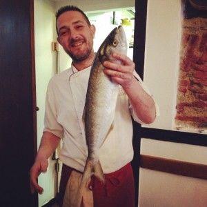 Giuseppe lo chef con il pesce serra