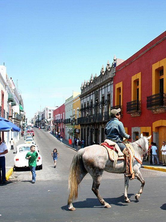 La charmante ville de Puebla fut fondée en 1531 à 2170 mètres d'altitude entre les imposantes silhouettes des volcans Popocatépetl, Ixtacihualtl et La Malinche. Elle est surnommée la «ville des anges» de par la grande quantité d'églises que l'on trouve dans cette ville et ses alentours. #photographie #voyage #mexique