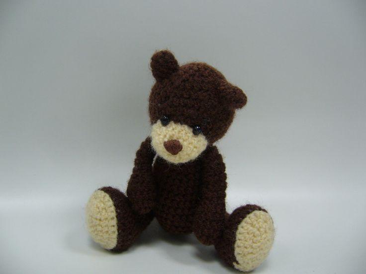 Hnědý medvídek Háčkovaný medvídek, má pohyblivé nohy.Výška stojícího medvídka je cca 10 cm, sedícího 8 cm, výplň polyesterové vlákno.