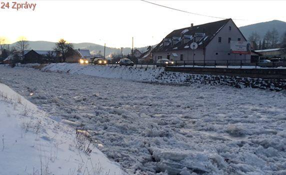 VIDEO: Vodohospodáři hlídají řeky, někde už hladiny zcela zamrzly