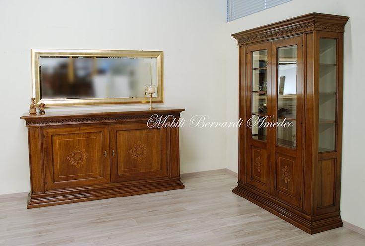 Credenza e vetrina in noce massello con pannelli intarsiati. Buffet and china cabinet with inlay, solid walnut, made in Italy, custom finishing.