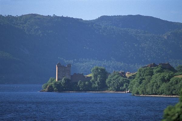 #Ecosse . Ruines du château d'#Urquhart, Loch Ness. Situé sur la rive nord du lac, il est le symbole de ce lieu sans oublier le monstre du #LochNess qui hanterait ses eaux depuis la fin du VIe siècle. http://vp.etr.im/a0d4