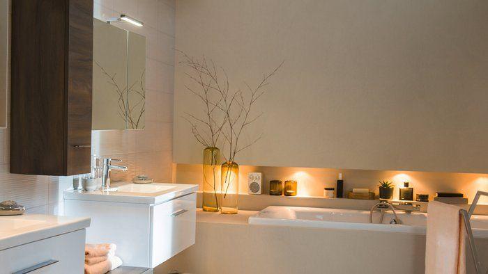 baignoire avec étagères encastrées