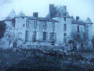 """Ruines du Château de Mursay. -Dans une de ses lettres, Françoise d'Aubigné, en 1707, devenue madame de Maintenon et depuis plus de 20 ans directrice de St-Cyr, raconte à ses demoiselles que, dans sa jeunesse à Mursay, chez sa tante, elle avait porté des sabots et gardé les dindons. Pour H. Gélin, """"ces sabots et ces dindons ne sont cités que pour illustrer une leçon de modestie, infligée par Mme de Maintenon à quelques mijaurées issues de la plus petite noblesse du royaume."""