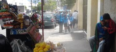 """""""Llegan a la hora de salida, en carros de último modelo. Dan vueltas a la cuadra mientras ponen la música a todo volumen"""", contó Ana C. (nombre cambiado) de 16 años, estudiante del colegio Manuela Cañizares, ubicado en La Mariscal, al Norte de Quito . Ayer, a las 13:15, uno de estos carros se presentó.Tras las ventanas del auto, por donde se escapan las notas de reguetón, se podía ver a dos hombres de entre 20 a 25 años."""