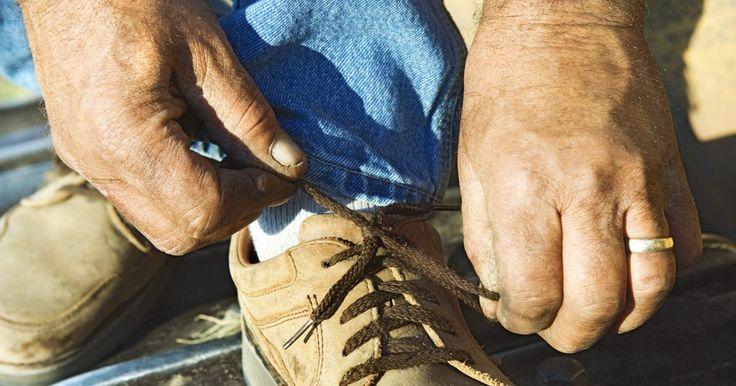 Cómo enrollar tus cordones Sperry Top-Sider. Sperry Top-Sider es un conocido fabricante de zapatos de barco con cordones de cuero. Puedes atar tus Sperry Top-Siders en una variedad de maneras. Un método frecuentemente utilizado conocido como enrollado decorativo en realidad no atan los cordones, sino que usan un nudo de zapato de barco para hacer que se conviertan en bobinas en cada lado. Si ...