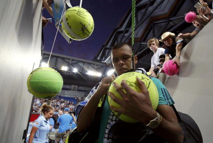 Las fotos más curiosas del deporte, Imaginación al poder. Los fans ponen las cosas fáciles a Jo-Wilfried Tsonga para tener su autógrafo. El francés ganó el partido al australiano Omar Jasika en la segunda ronda del Open de Australia