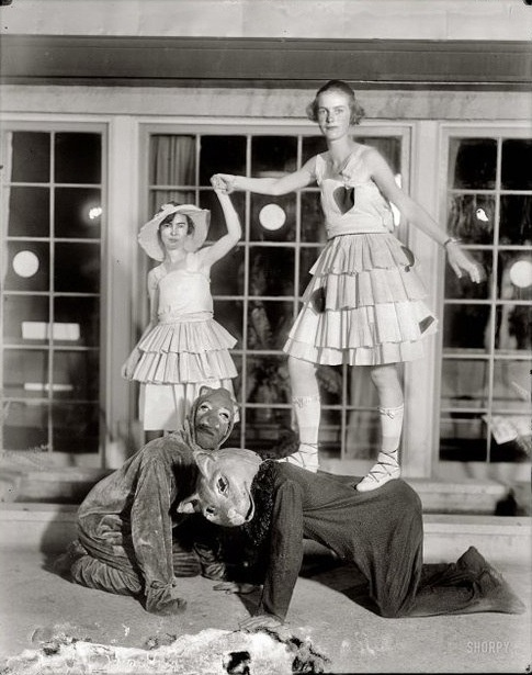 Strange Circus Freaks - Sideshow PerformersPhotographers, Vintage Photos, Vintage Circus, Black White, Blackwhite, Families, Christmas Cards Photos, Halloween, Parties Games